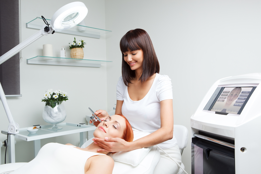 Picture,Of,Nice,Beautician,Doing,Oxygen,Therapy,For,Young,Woman